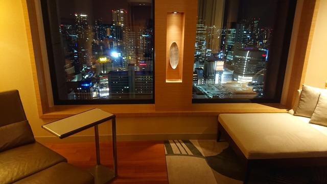 窓の外は大阪市街の夜景